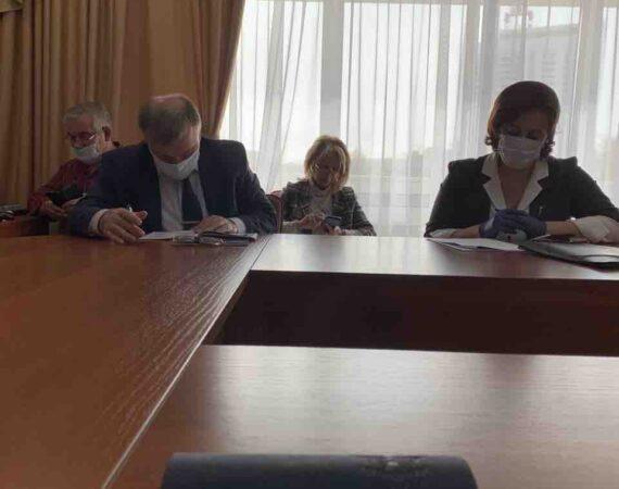 Сегодня штаб по развитию региона в областном правительстве прошел в сокращенном режиме: без глав администраций муниципальных образований. Все строго в масках.